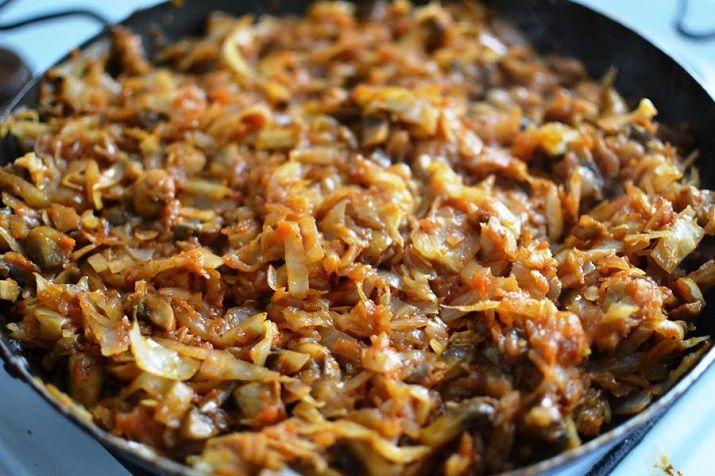 Аппетитную солянку по этому рецепту можно готовить и из сушеных или замороженных грибов: так что этот рецепт уместен в любое время года. Грибы добавляют солянке необыкновенный аромат и делают ее очень вкусной.