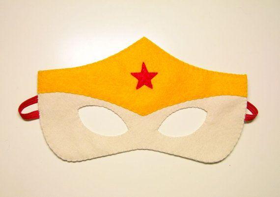 1 Wonderwoman Superhero felt mask Red Vanilla por FeltFamily