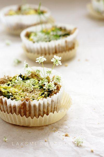 Tartelettes aux herbes sauvages, fromage maison et sésame.