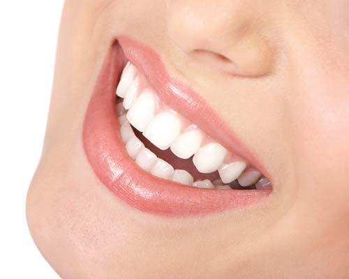 Ciao ragazze!  Come diceva anche Audrey Hepburn il sorriso è l'accessorio più bello che una donna possa indossare, ma purtroppo il cruccio di non avere una dentatura perfetta e smagliante impedisce a molte ragazze di mostrarlo con serenità! E' per questo che oggi vi voglio svelare quali possono essere i vostri assi nella manica e i trucchetti utili per far sembrare i vostri denti più bianchi che mai! Pronte a sorridere? :-P  Teeth-Whitening1-999x999