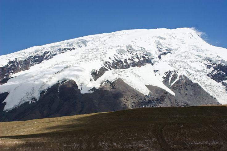 """Auf dem Weg zum Basislager - Ausblick auf den Berg Mustagh Ata  Der """"Vater der Schneeberge"""" liegt im Übergangsbereich des Pamir zum Kunlun Shan-Gebirge, in der chinesischen Provinz Xinjian.  #Hochtour #Mustagh_Ata"""