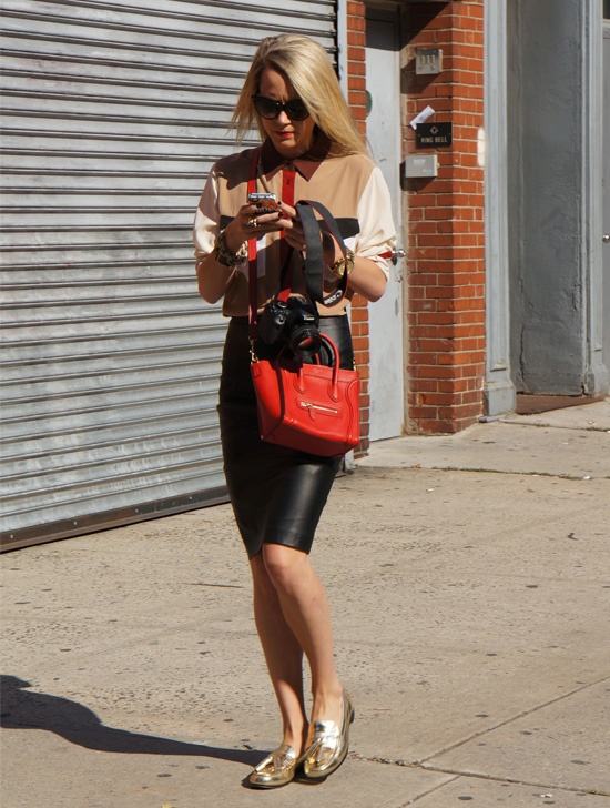 How To Wear A Leather Pencil Skirt With Flats Streetstyle Style Street Style With Ann