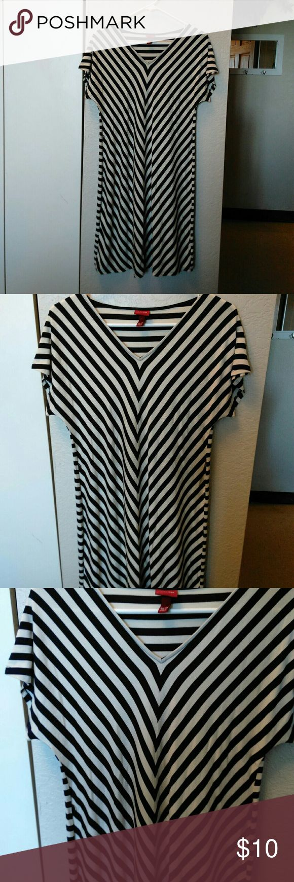 Merona Blue/White Chevron Print Dress Size XS.   Chevron.   Best summer dress to relax in with any blue flip flops/sandals and look great.!! Merona Dresses Midi