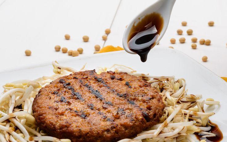 Receita de um saboroso hambúrguer de proteína de soja. Alimento que traz inúmeros benefícios à saúde. Ideal para quem vivencia a dieta ovolactovegetariana. http://www.eusemfronteiras.com.br/delicioso-hamburguer-de-proteina-de-soja/ #eusemfrontieras #hambúrguer #proteína #soja