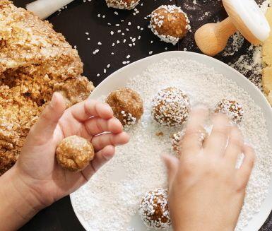 Pepparkaksbollen kombinerar det bästa av två världar: chokladbollen och pepparkaksdegen! Mandelmassa i degen ger dessutom en mjuk nötighet. Rulla bollarna i pärlsocker och bjud på dem på adventsfikat.
