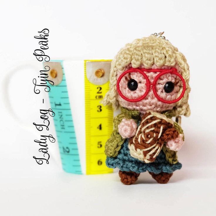 Twin Peaks amigurumi Signora Ceppo portachiavi bambola uncinetto di MrsPoppyAmigurumi su Etsy. . #twinpeaks #twinpeaksart #loglady #laurapalmer #dalecooper #davidlynch #kylemclachlan #firewalkwithme #handmadewithlove #diy #craft #geek #geekcraft #nerd #amigurumi #amigurumiaddict #crochet #crochetgeek #uncinetto #etsy #fandomart #doll #plush #crochet