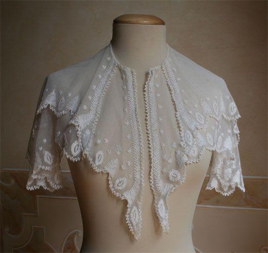 Fichu 1800-1840. Italy(?) http://www.abitiantichi.it/collezione/soprabiti/stola16.html