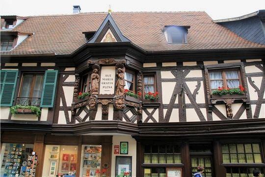 Maison des Ménétriers Dominé par son église des XIIe et XVIe siècles et les remparts de son château construit sur un éperon, Loubressac est un village du Lot aux maisons médiévales surplombant les vallées de la Dordogne, de la Cère et de la Bave