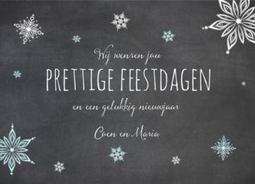 Kerstkaart met krijtbord achtergrond en ijssterren in zachtblauw en wit.