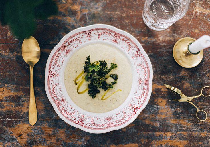 Jordärtskockssoppa med grönkålschips och tryffelolja