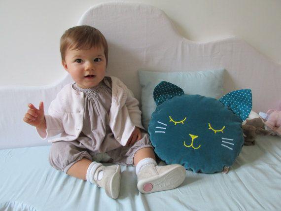 Coussin chat fait main en velours de coton bleu Laura Jane Paris