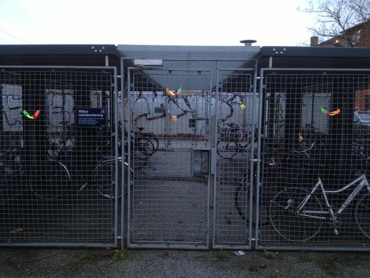 Strikkegraffiti på Åmarken Station - hænger stadig 12.01. 2014