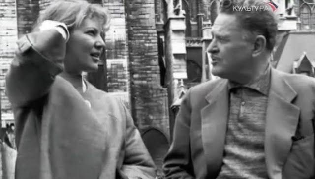 """Mayıs 1959 tarihli bir notta, Nazım Hikmet sevgilisi Vera'ya böyle sesleniyor: """"Lanet olsun, ne muazzam şey seni sevmek! Sen benim aşkım, sen benim kızım, sen benim yoldaşım, sen benim küçük annemsin. Canım, bir tanem, seni sevmeden önce dünyayı sevmesini bile bilmiyormuşum… Bu şehir güzelse senin yüzünden, bu elma tatlıysa senin yüzünden, bu insan akıllıysa senin …"""