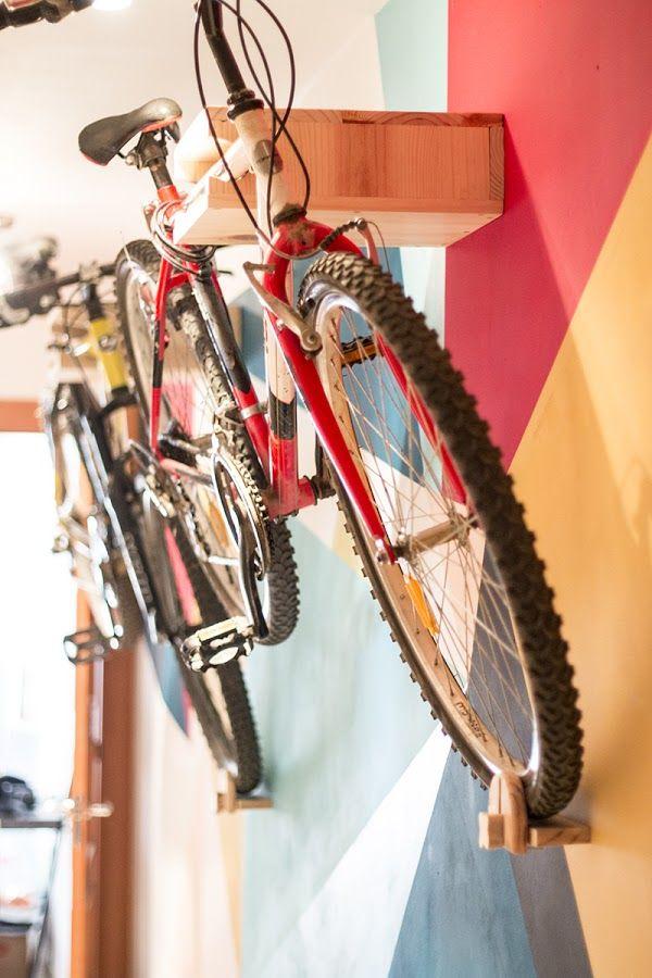 Descubre cómo elaborar este soporte para colgar las bicicletas en la pared. ¡Se acabó el tenerlas por medio!