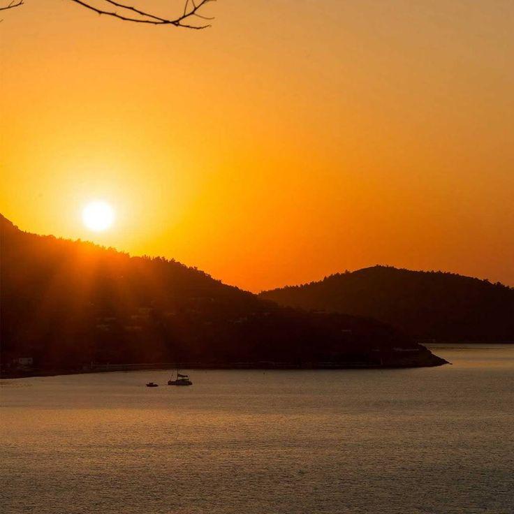 Güneş en huzurlu rengiyle gülümserken kendini nerede hayal ediyorsun 🌅⛵️ #gökova #mugla #günbatımı #huzur #tatil #hayalleri #tatil #zamanı #deniz #güneş #tatil #planları #yaz #tatili #yaz #geliyor