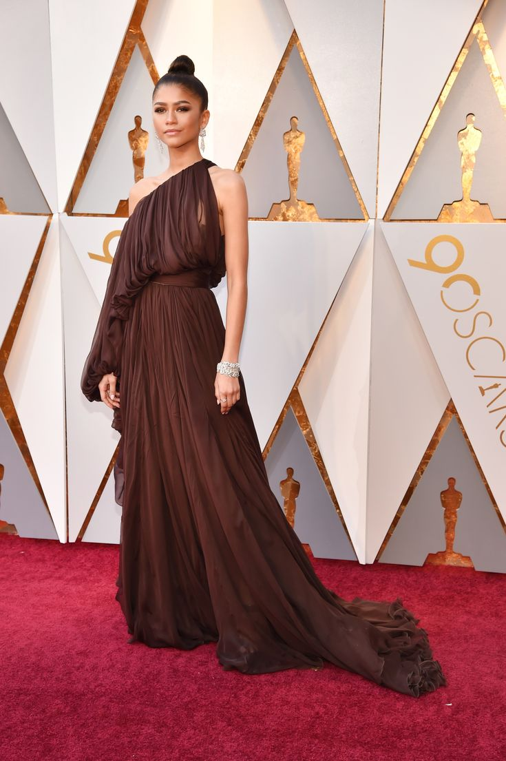 Zendaya in Giambattista Valli Haute Couture, BVLGARI jewelry and Brian Atwood shoes | Wow! Oscars 2018: Fashion—Live From the Red Carpet