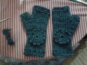 Mitones fáciles de lana: Guantes sin dedos decorados con flores de ganchillo
