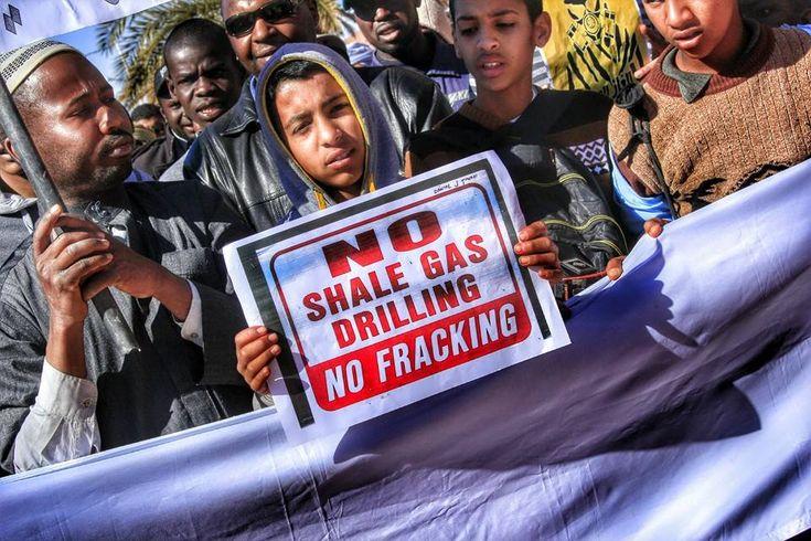 Les mobilisations sociales enflent en Algérie, contre l'exploitation future des gaz de schiste, autorisée par le gouvernement. Ces forages, à proximité des villes et des oasis sahariens, menacent les précieuses ressources en eau. Total, l'État français,...