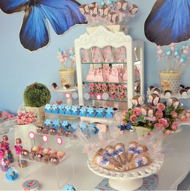 Jardim rosa com azul e borboletas foi o pedido da mãe da Natália, a Marianne dos Reis, para o primeiro aninho de sua filha. Uma festa cle...