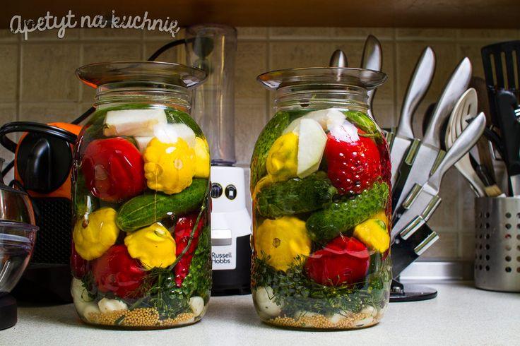 Dzisiaj Was zaskoczę. Iwrzucę do jednego słoika kilka warzyw, dodam przyprawy, wodę, apo około 10dniach będziecie mogli zajadać się ze smakiem pysznymi jesiennymi, kiszonymi warzywami. Ta kiszonka to mój kolejny eksperyment, udany, pyszny imega zdrowy. ☺