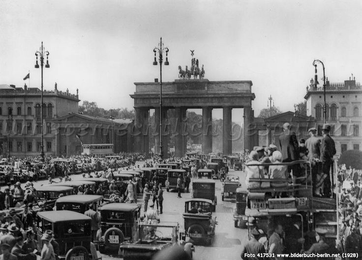 Berlin: Brandenburger Tor am Verfassungstag, 1928