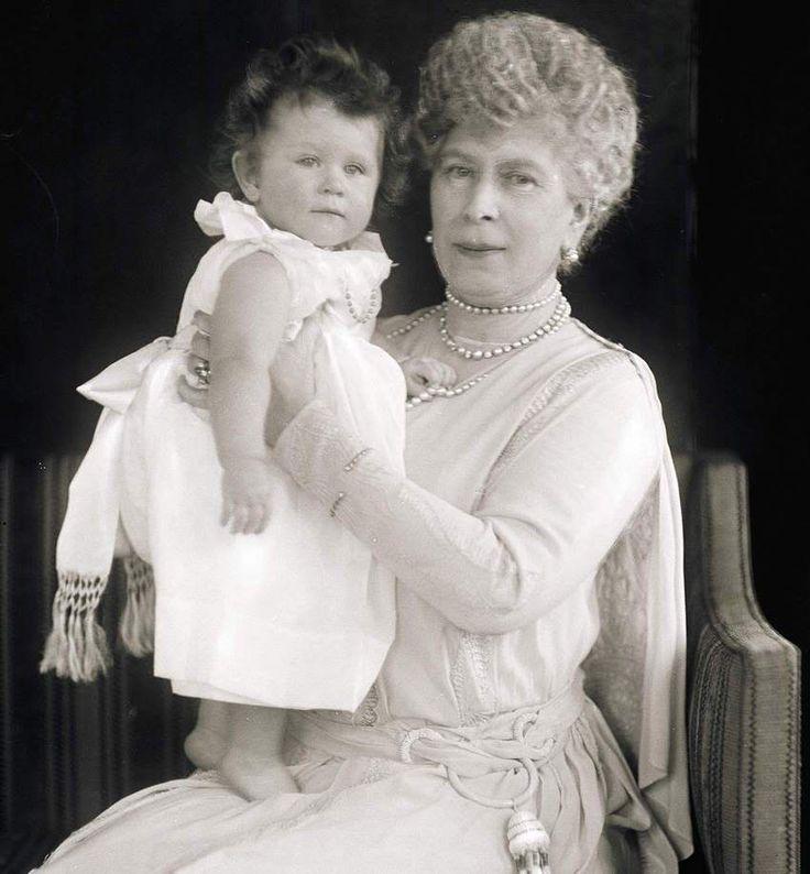 La reina Mary del Reino Unido con su nieta la Reina Isabel II del Reino Unido.