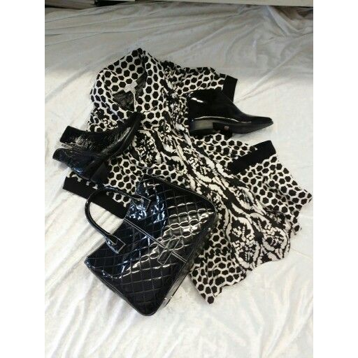 Fabulous jacket / tunic in black and white. Match this up with some gorgeous black patent boots and your favorite handbag
