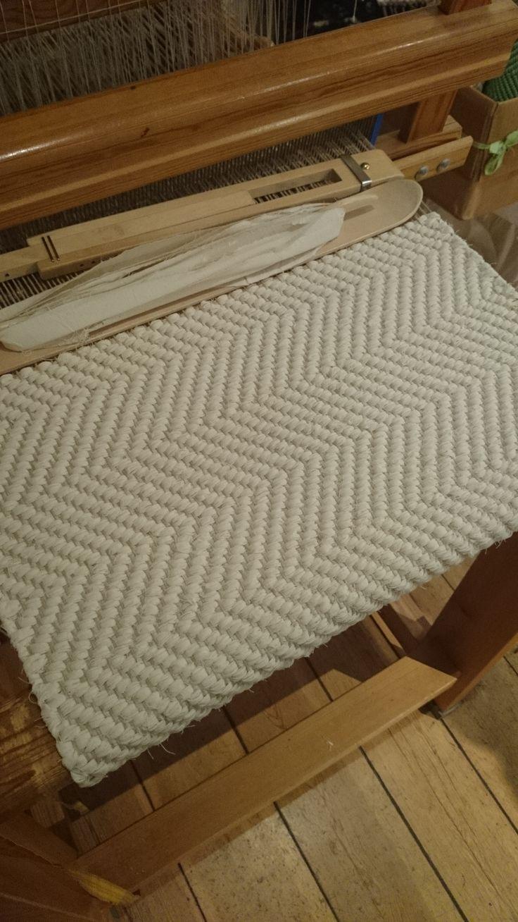 Vacker, stilren matta vävd i kypert.