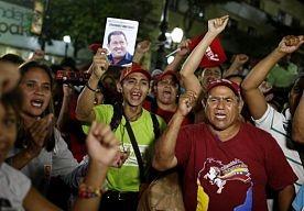 17-Apr-2013 7:05 - DODEN EN GEWONDEN SCHULD VAN CAPRILES - PROTESTMARS AFGEBLAZEN. De Venezolaanse president Maduro heeft oppositieleider Capriles ervan beschuldigd dat de doden en gewonden die gisteren vielen bij onlusten zijn schuld zijn. Capriles had voor vandaag een protestmars aangekondigd, die heeft hij vannacht echter afgeblazen.