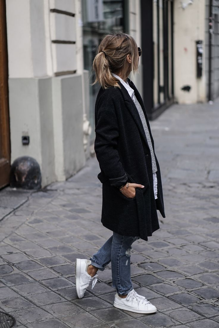 Camille Callen looks cool and casual in ripped denim mom jeans and a black coat. Chemise/Jeans: Sheinside, Pullover: H&M, Sneakers: Stan Smith, Jacket: Pull & Bear.
