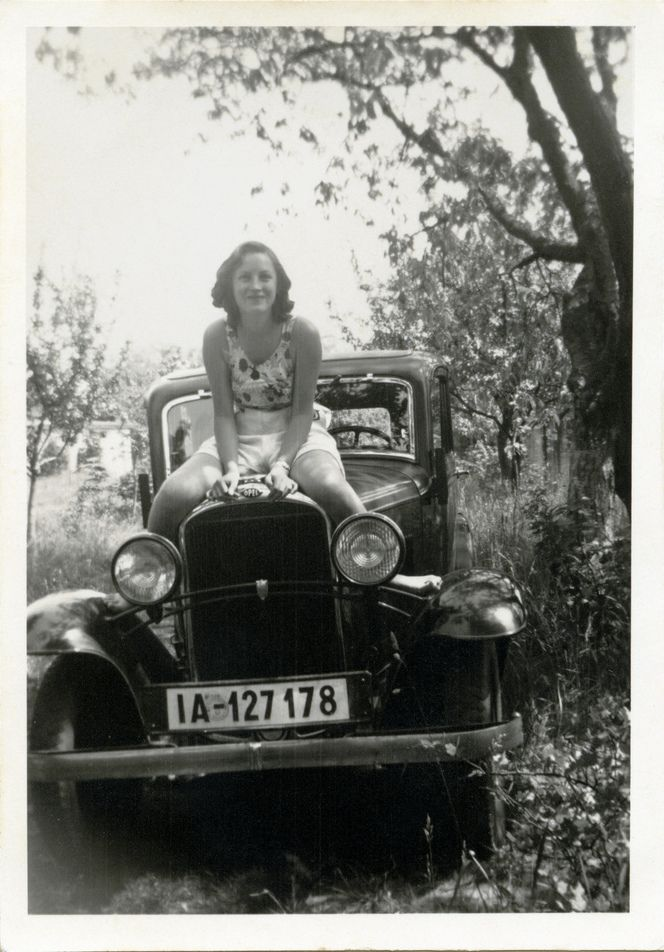 18 Fascinating Vintage Snapshots of German Ladies Posing With Their Cars in the 1920s