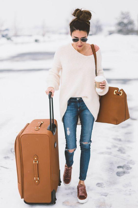 Suéter branco, calça jeans rasgada no joelho, tênis de veludo rose
