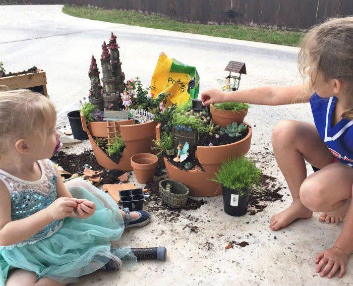 Mini jardin de fées avec un pot de fleur cassé