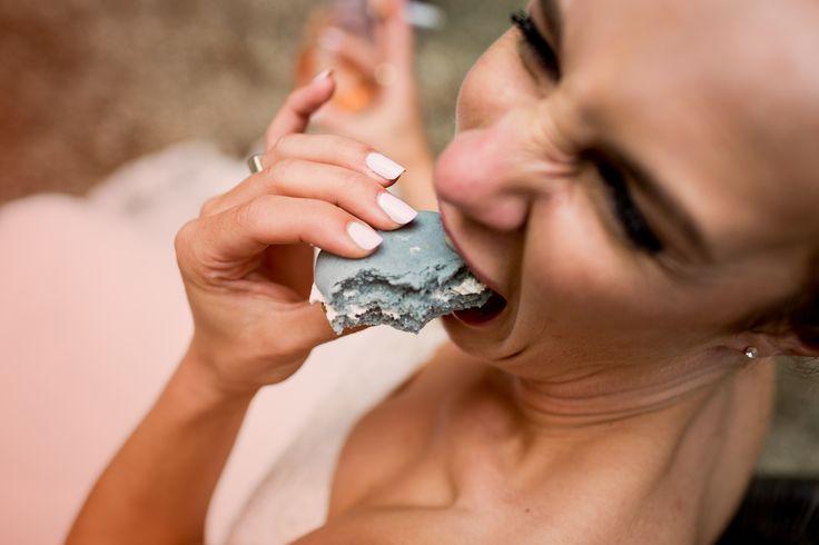 Bruid, bruidstaart, koekje. Trouwen, trouwreportage.   Copyright Jarg Woldhuis Photography. www.jargwoldhuis.nl   Andelina en Thijs Mariënwaerdt-10