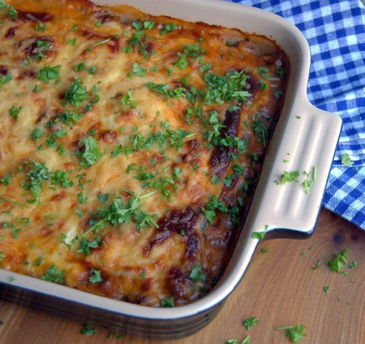 Min bedste opskrift på en klassisk græsk moussaka med kartofler og aubergine. Perfekt sammen med en græsk salat og tzatziki.