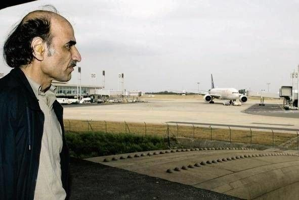 18 yıl terminalde yaşayan adam - Birçoğunuz 2004 Steven Spielberg yapımı 'Terminal' filmi izlemiştir. İzlemeyen varsa da mutlaka izlemesi gerekiyor. Filmde bir adamın Amerika'ya uçuşu sırasında ülkesinde askeri darbe yaşamasından dolayı pasaport kontrolünden geçememesi ve geriye dönememesinden dolayı havaalanının uluslararası bekleme salonuna alınmasını ve burada yaşamını devam ettirmesi konu alınıyor.. Bu film çok beğeni toplamış ve sinema tarihinin önemli yapımları arasına girmiştir…