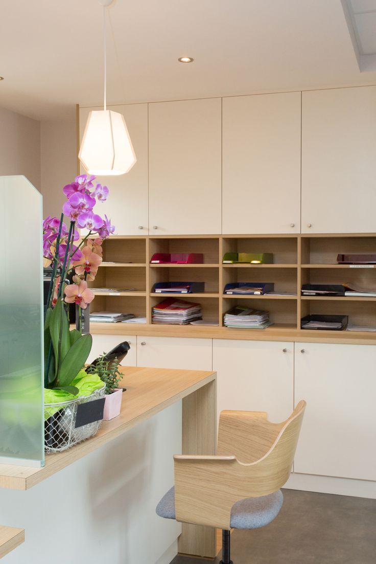 Architecture – Cabinet médical par l'Agence 19 DEGRES à Rennes, Caroline Ablain Photographe. Accueil, bureau et mobilier en bois