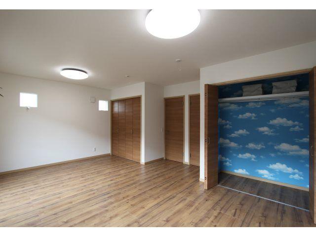 2F:子ども室<br /> 子ども室は将来分けても使えるよう扉とクローゼットは2つずつ。