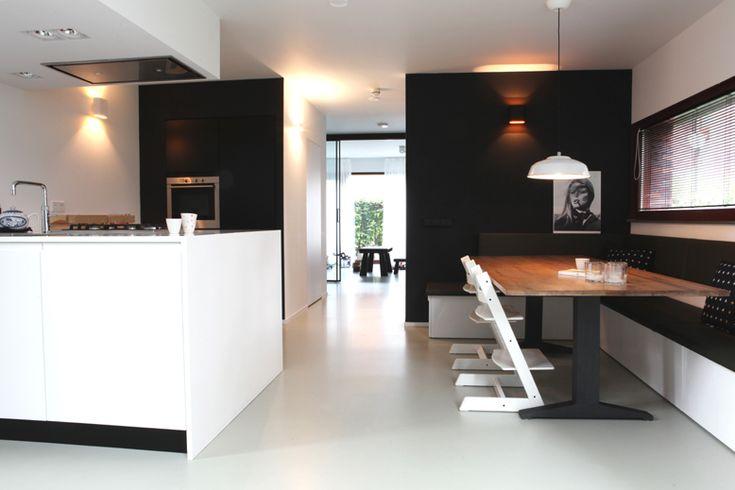 strakke keuken met Corian werkeiland en hoekbank / haardmeubel Ateliers Delft Foto: Moni van Bruggen