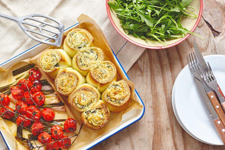 Deze pizzarolletjes, speciaal gemaakt voor Marley Spoon,vul je met een ricotta-knoflook-citroenvulling. In dezelfde ovenschaal bak je bosui en tomaatjes, die zacht en knapperig worden. En dan serveren met een frisse rucola salade… Verwarm een heteluchtoven voor op 200 graden. Was de citroen en rasp de schil. Pel de knoflook en hak fijn. Was ook de …