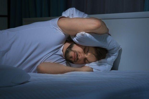Forskere kritiserer behandlingen mange med kronisk utmattelsessyndrom får. Den består blant annet av fysisk gjenopptrening og terapi.Men kritikken er udokumentert, sier dansk forsker, som holder fast ved at det virker.