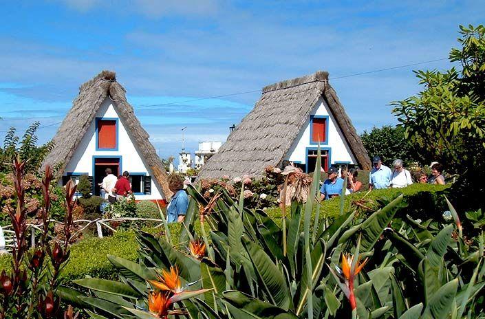 De traditionele huizen met daken van stro
