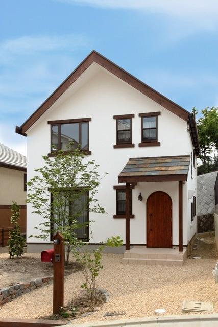 三角屋根に白壁、アーチ型の扉など、思い描かれたイメージを再現。光と風を感じながらゆったり暮らしたいという願いを、吹抜けと高窓によって実現した、素材の温もりと空気が心地よい、ペットにも配慮したお家です。