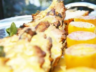 Carré de cerdo braseado en leche y limón con papas bouchón; Revuelto de huevos de campo y trucha ahumada