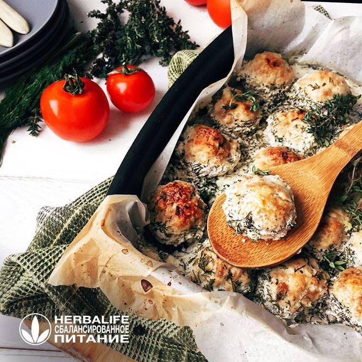 #Творчески можно #запечь не просто целую куриную грудку, а приготовить #вкусные_тефтели в сметанном соусе. Они станут отличным источником белка к обеду или ужину. #БЖУ на 4 #порции : 123,82 / 40,42 / 18,31 961 #ККАЛ на 4 порции: Для тефтелей: 400 гр фарша из куриной грудки мелко порезанная #луковица 1 #яичный_белок #соль и #перец Для соуса: 100 гр нежирной сметаны 150 мл воды 3 зубчика чеснока (мелко порезать) свежий мелко нарезанный #укроп #прованские_травы соль и перец #Приготовление…