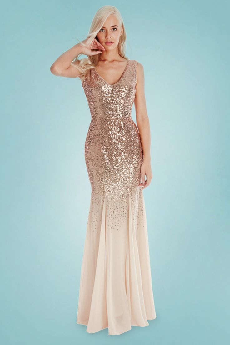 Met deze50s Mae Glitter Maxi Dress ben jij het stralende middelpunt!''Leave a little sparkle wherever you go...'' ;-) Deze prachtige eyecatcher heeft een sexy V-halslijn, V-rug en loopt vanaf de heup lichtjes uit in een elegante fishtail rok. Uitgevoerd in een soepel vallend, crèmekleurig stofje (stretcht nauwelijks) bezaaid met ontelbaar veel goudkleurige pailletten voor een glamorous look. Put on your pumps and... ready to shine!   V-halslijn V-rug Blinde rits aan de ach...