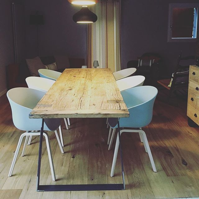 photo d'un cliente, une jolie table à manger avec nos pieds de table en fer plat trapèze . #picoftheday #instamoment #instadeco #piedsdetable #diy #hairpinlegsfrance #matiere #bois #acier #metalbrut