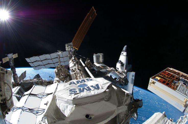 AMS-02 yani Alfa Manyetik Spektrometre (The Alpha Magnetic Spectrometer), DOE sponsorluğunda 16 ülke ve 56 enstitü tarafından üretilmiş, test edilmiş ve uzay istasyonuna gönderilip çalıştırılmasını sağlamış bir parçacık fiziği dedektörüdür. Tam bir sanat harikası olduğu da söylenebilir. Şu an Nasa'nın sitesinden baktığım itibariyle 1238 gün, 2 saat, 50 saniye süredir (2011 yılından bu yana) toplam 55.158.501.481 adet kozmik ışın tespit etmiş. Yani atmosferimize girmekte olan yüksek enerjili…