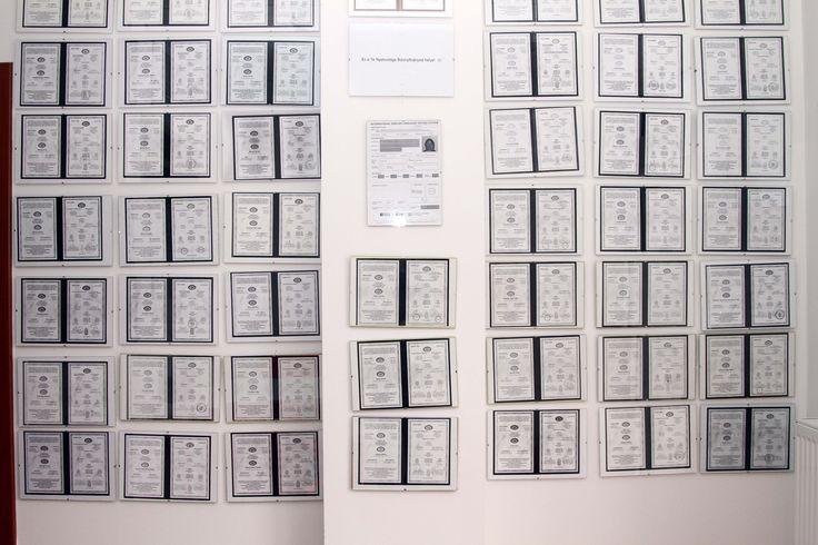 Nyelvvizsga bizonyítványok a falon a régi nyelviskolában.