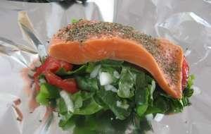 Salmone al cartoccio con verdure alla julienne